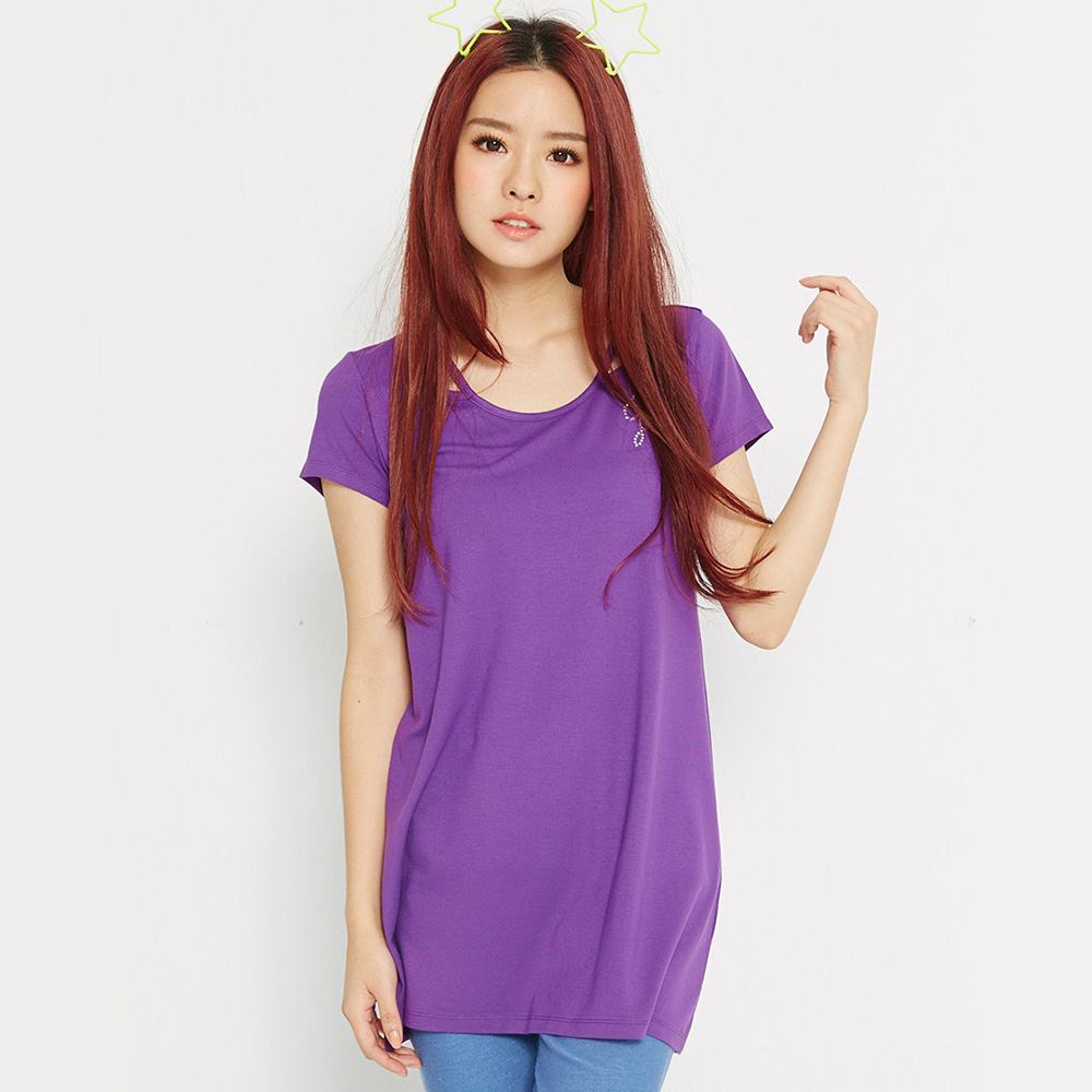 【 TOP GIRL】特殊領口燙鑽LOGO長版T-M深紫